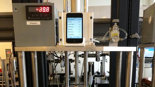 Apple、iPhone 6 Plusが曲がる問題を受け、自社テストをメディアに公開する