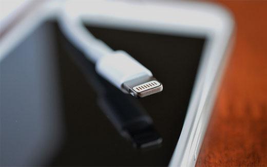 Apple、iPhone7を薄型化するため、ヘッドフォンジャックを廃止し、Lightningコネクタを採用?