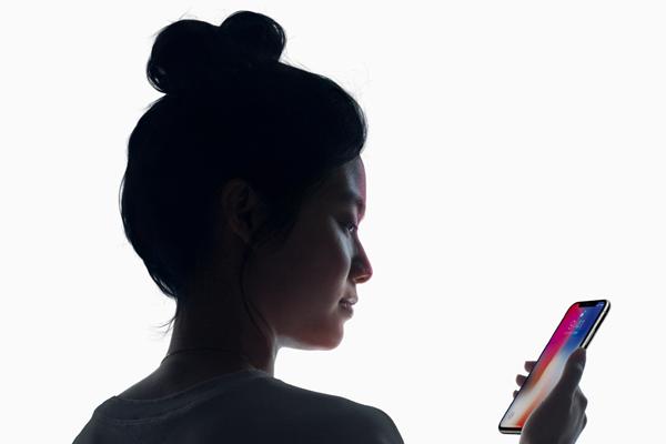 「Face ID」を搭載したiPhoneXでAppleは2年半先を行く!